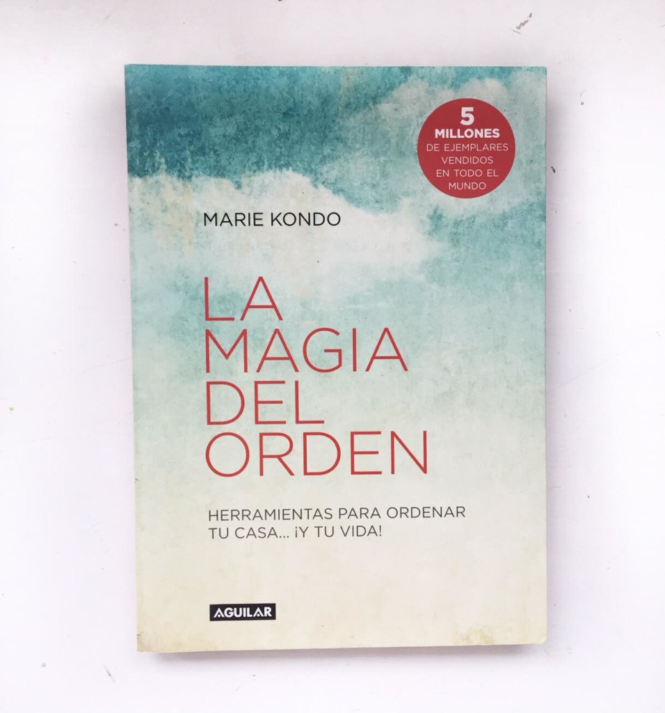 Book cover in Spanish version of The Life-Changing Magic of Tidying Up: The Japanese Art of Decluttering and Organizing by Marie Kondo
