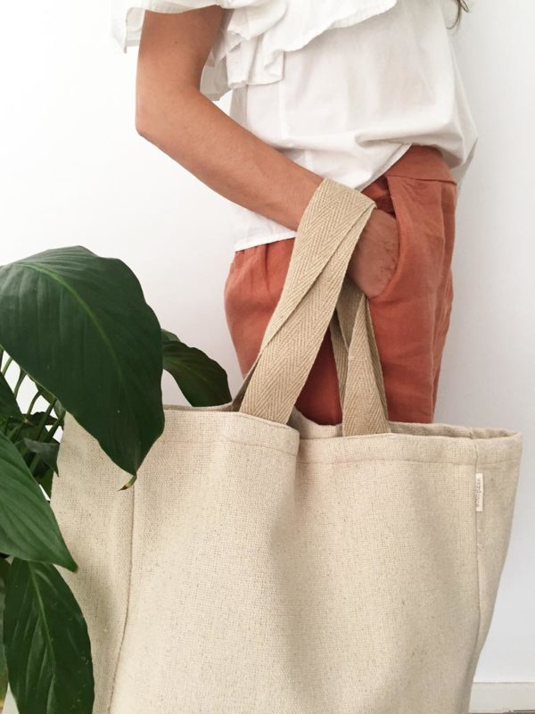 Woman holding Verdonce minimalist canvas tote bag with hemp straps and hand in pocket