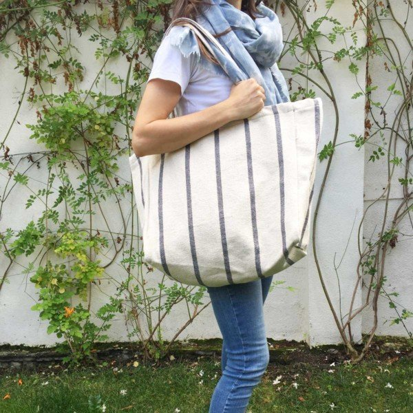 Woman in garden with Verdonce tote