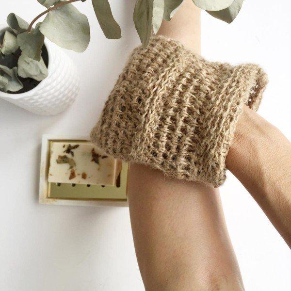 Natural jute circulation mitt peeling skin on leg