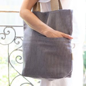 Woman carrying Verdonce pockets tote made from GRS recycled cotton