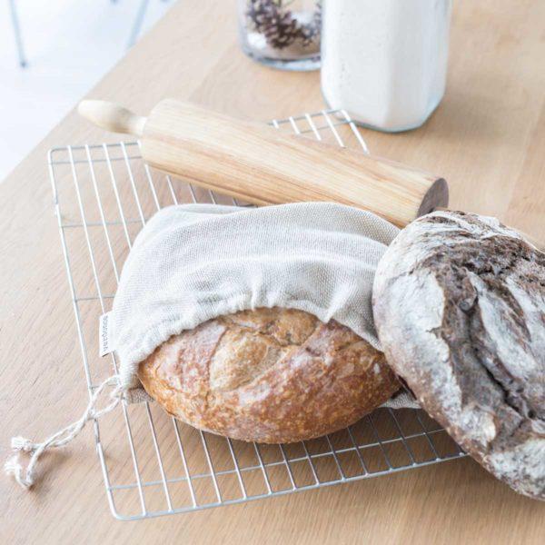 Bolsa de algodón y lino de Verdonce con pan hogaza dentro y pan de centeno en una mesa