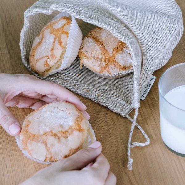 Bolsa de algodón y lino de Verdonce con magdalenas y vaso de leche