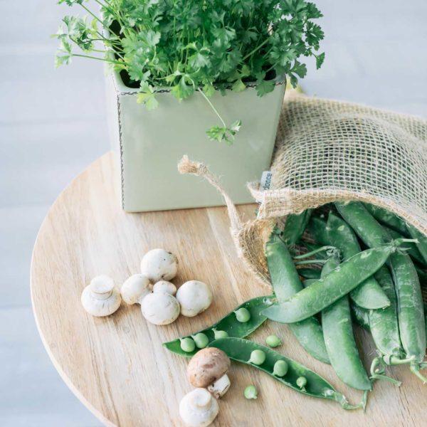 Bolsa de yute con guisantes y champiniones