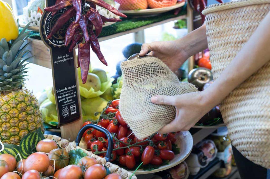 Comprando en fruteria con bolsas reutilizables Verdonce
