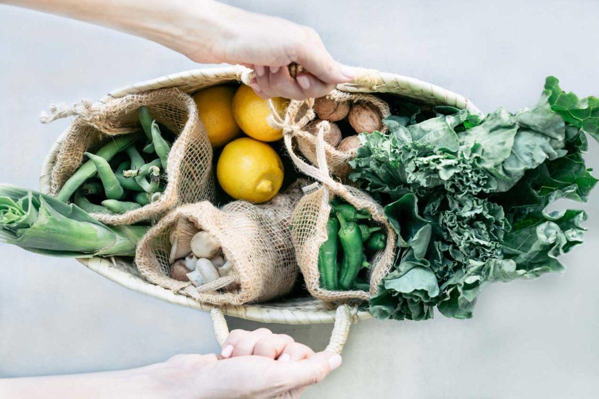 Cesta con bolsas de tela de Verdonce con verduras, frutos secos y limones