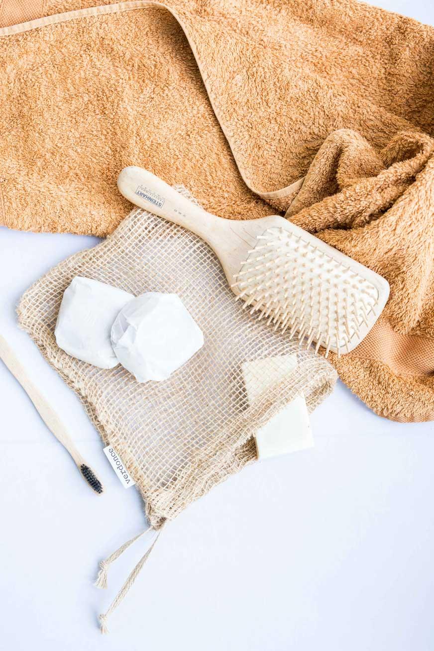 Cepillos, jabon y toalla con una bolsa de yute de Verdonce
