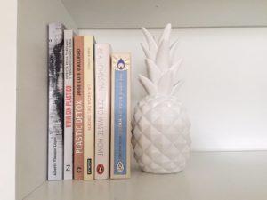 Libros de sostenibilidad en una estanteria