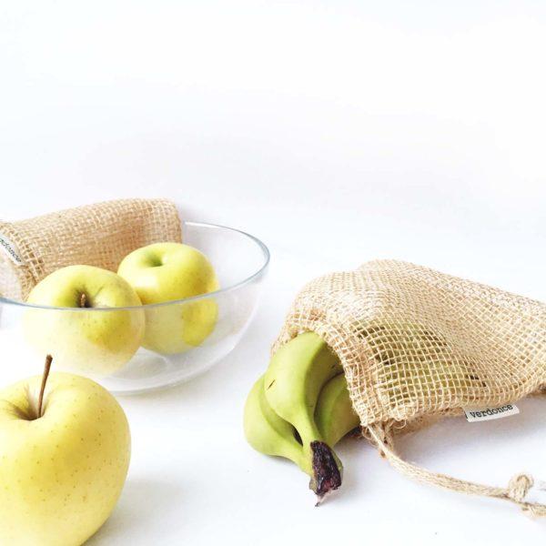 Bolsas reutilizables de tela de yute con plátanos y manzanas