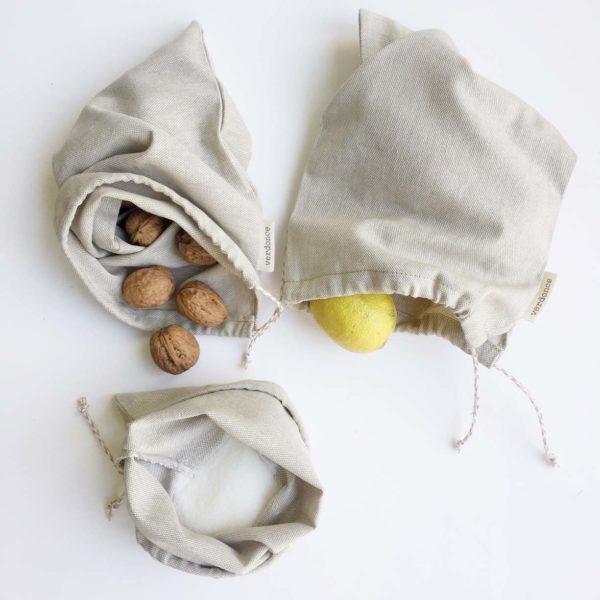 Bolsas reutilizables para la compra con fruta y nueces