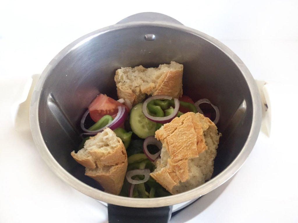 Ingredientes para hacer gazpacho en la batidora antes de batir