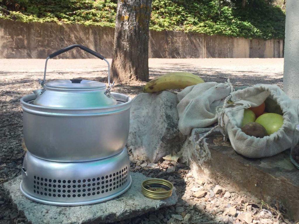 hornillo de gas en el camping con bolsas de tela reutilizables