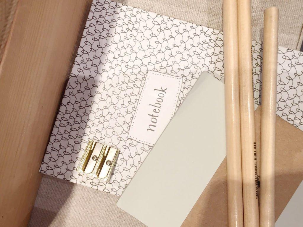 lápices y cuadernos de madera ecológicos