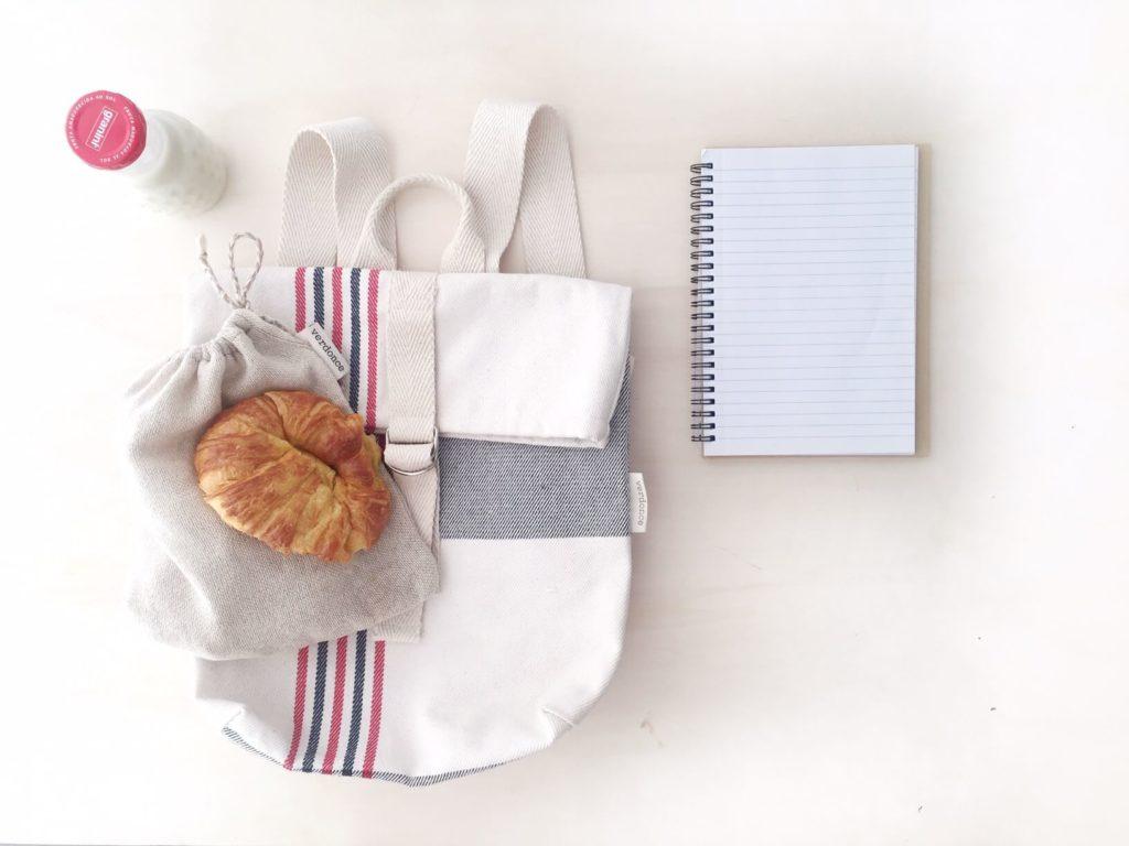 Mochila de cole con cuaderno y merienda