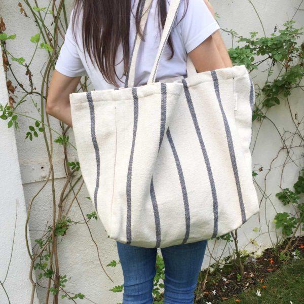 Mujer con bolso shopper con rayas grises