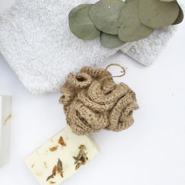 Esponja natural de yute de Verdonce con jabón y toalla