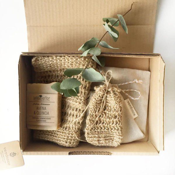 Caja de carton con productos de baño sostenibles