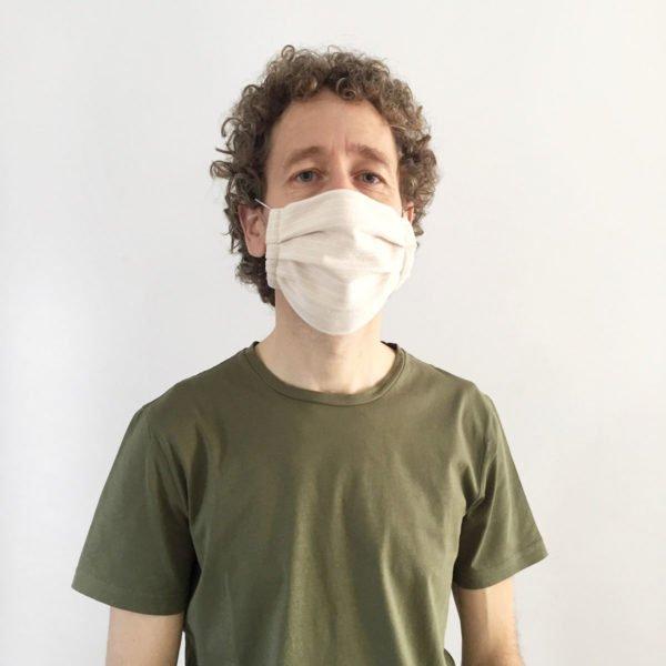Hombre con mascarilla de tela de verdonce