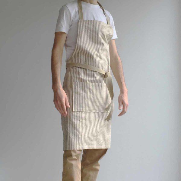 Delantal eco de algodón reciclado llevado puesto en un hombre visto desde parte frontal
