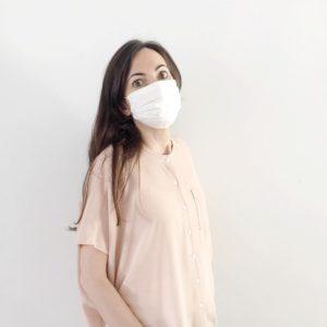 Mujer de frente lleva la mascarilla higiénica reutilizable UNE 0065 Verdonce