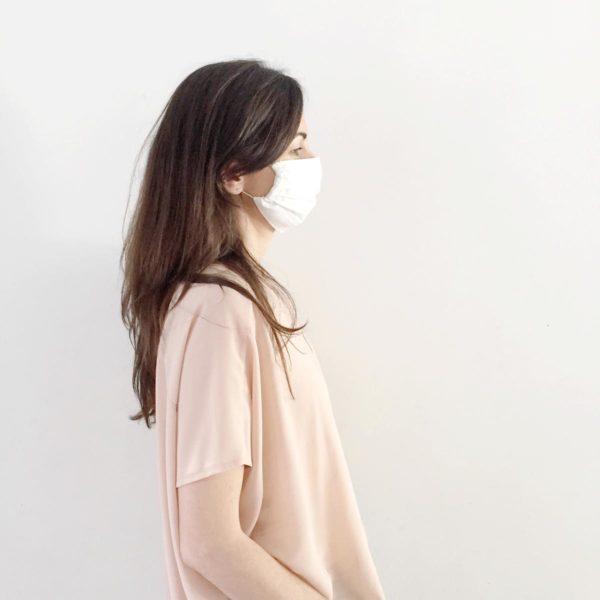 Mujer perfil lleva la mascarilla higiénica reutilizable UNE 0065 Verdonce