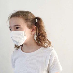 Niña con mascarilla higiénica sostenible