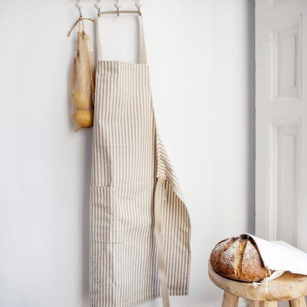 delantal eco Verdonce colgado en pared color almendra-avena