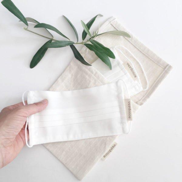 Guardando las mascarillas de Verdonce en una bolsa de tela eco