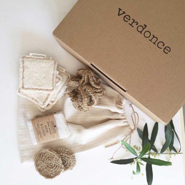 caja de carton con productos baño sostenible para cuidado personal