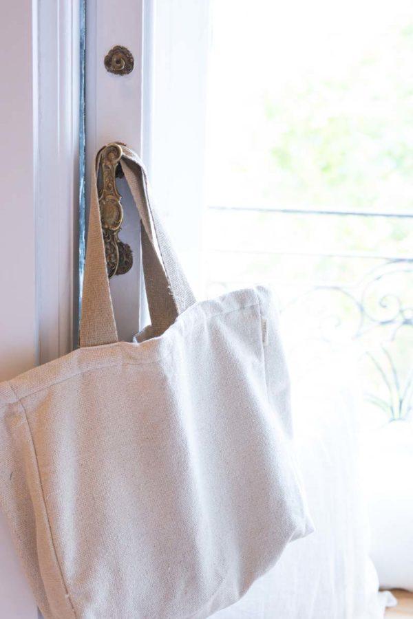 Verdonce tote minimalista colgada en puerta