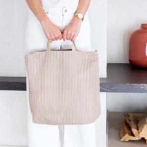 Mujer con bolso de algodón reciclado en tono beige