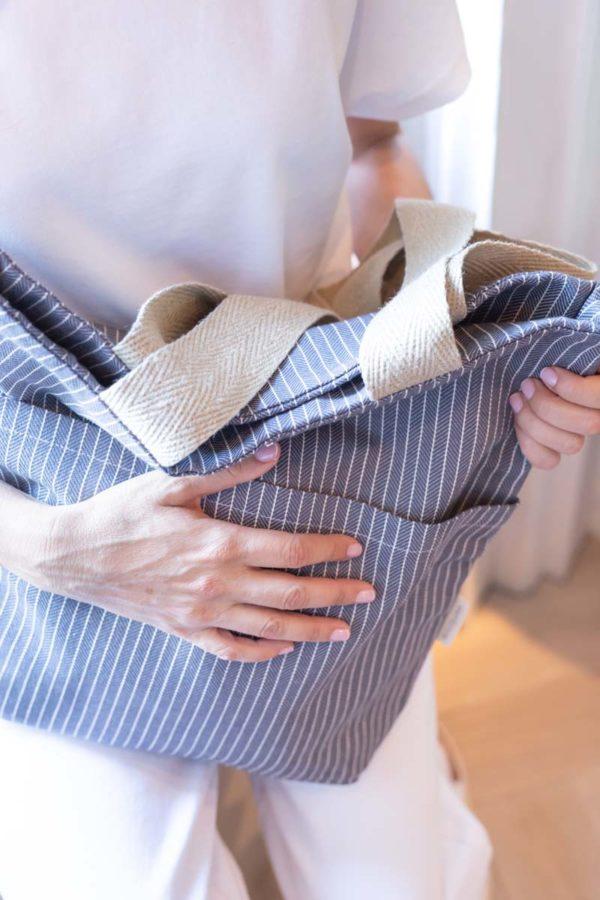 Foto en detalle bolso de algodón reciclado con asas de cáñamo color azul mar profundo