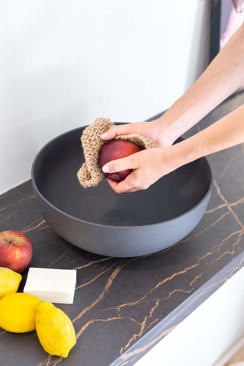 Limpiar manzana con estropajo yute
