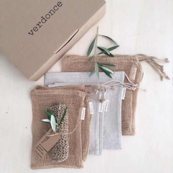 Caja de carton con las bolsas de compra a granel y estropajo natural de verdonce