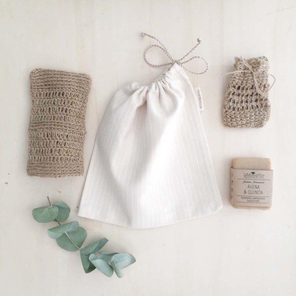 Bolsa de tela de algodón reciclado con manopla de yute, mini saquito de yute y jabón artesanal
