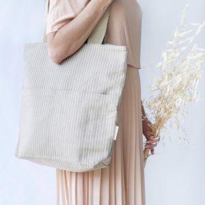 mujer con vestido elegante y bolso de algodón reciclado verdonce