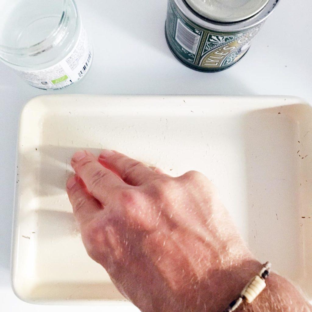 engrasando un molde con aceite de coco