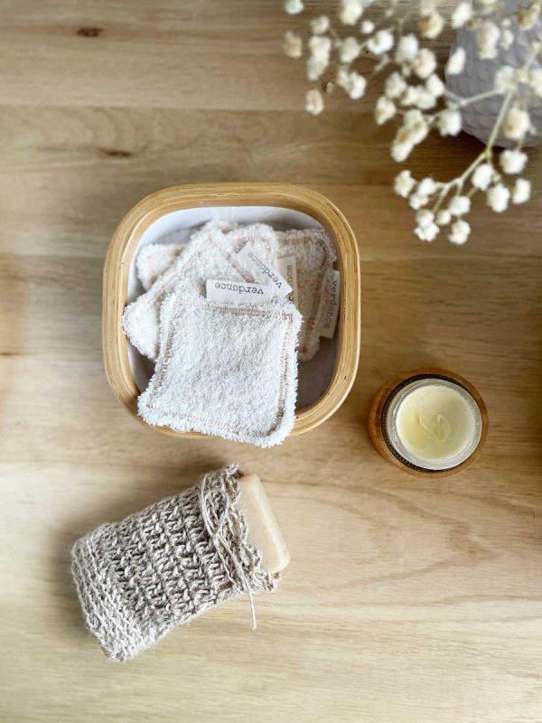 Discos faciales ecológicos en cesta con jabón y saquito de jute de verdonce