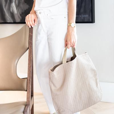 Mujer lleva bolso tote de algodón reciclado