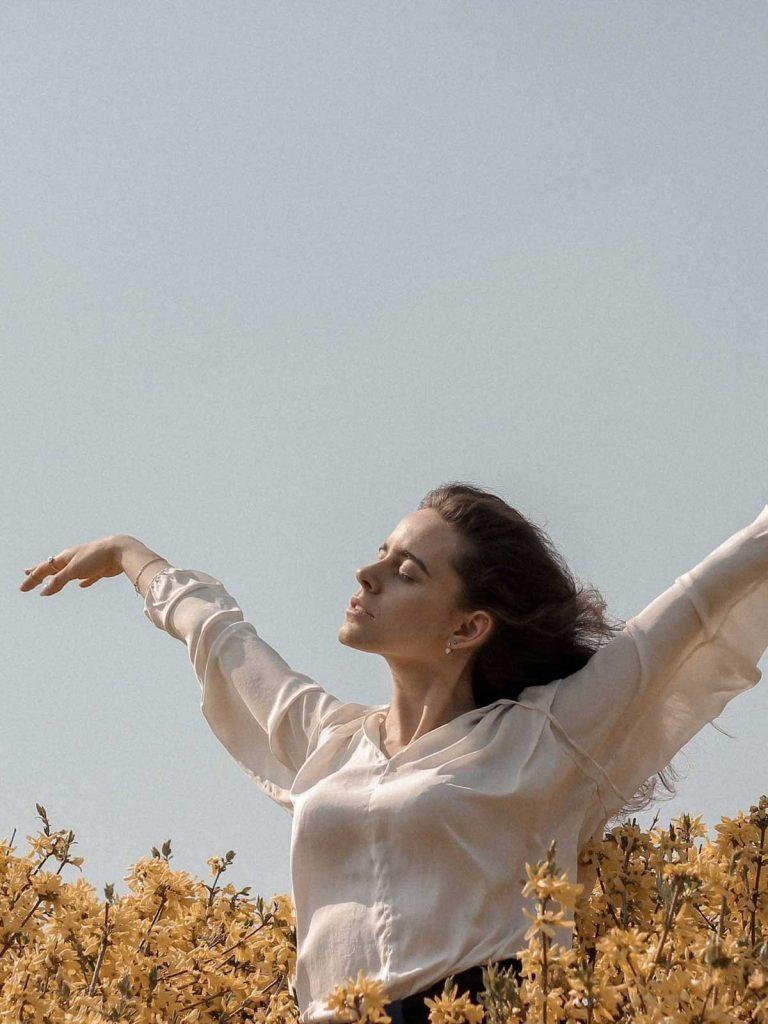 Mujer en respirando aire en el campo