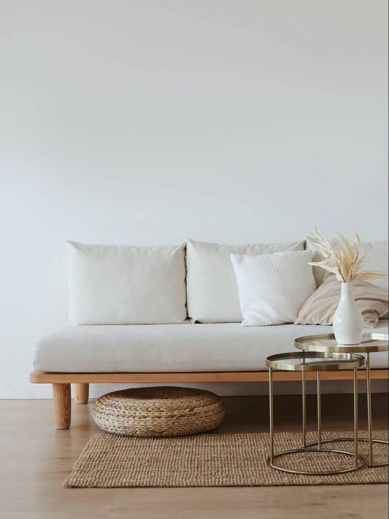 Sofá en salón en un hogar sostenible