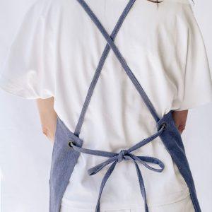 Mujer lleva delantal crossback verdonce vista desde parte atrás