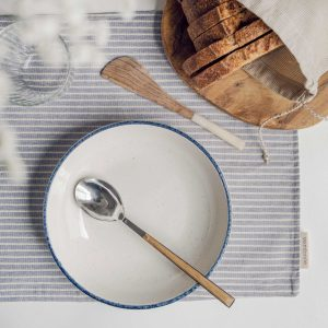 Mantel eco Verdonce con plato hondo, pan y flor