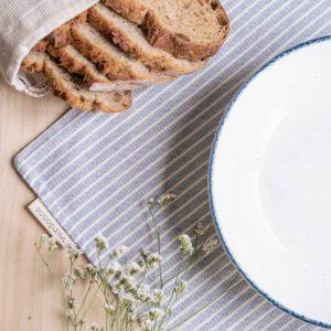 Mantel individual Verdonce color azul mediterráneo con plato hondo y pan hogaza
