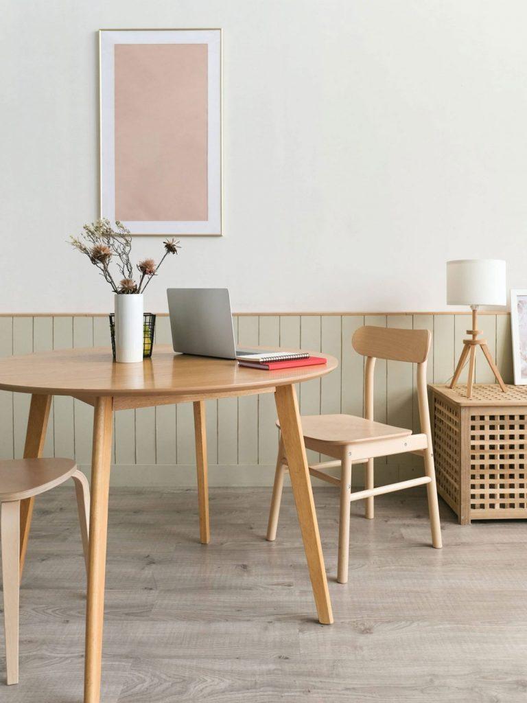 mesa comedor de madera con orden y calma