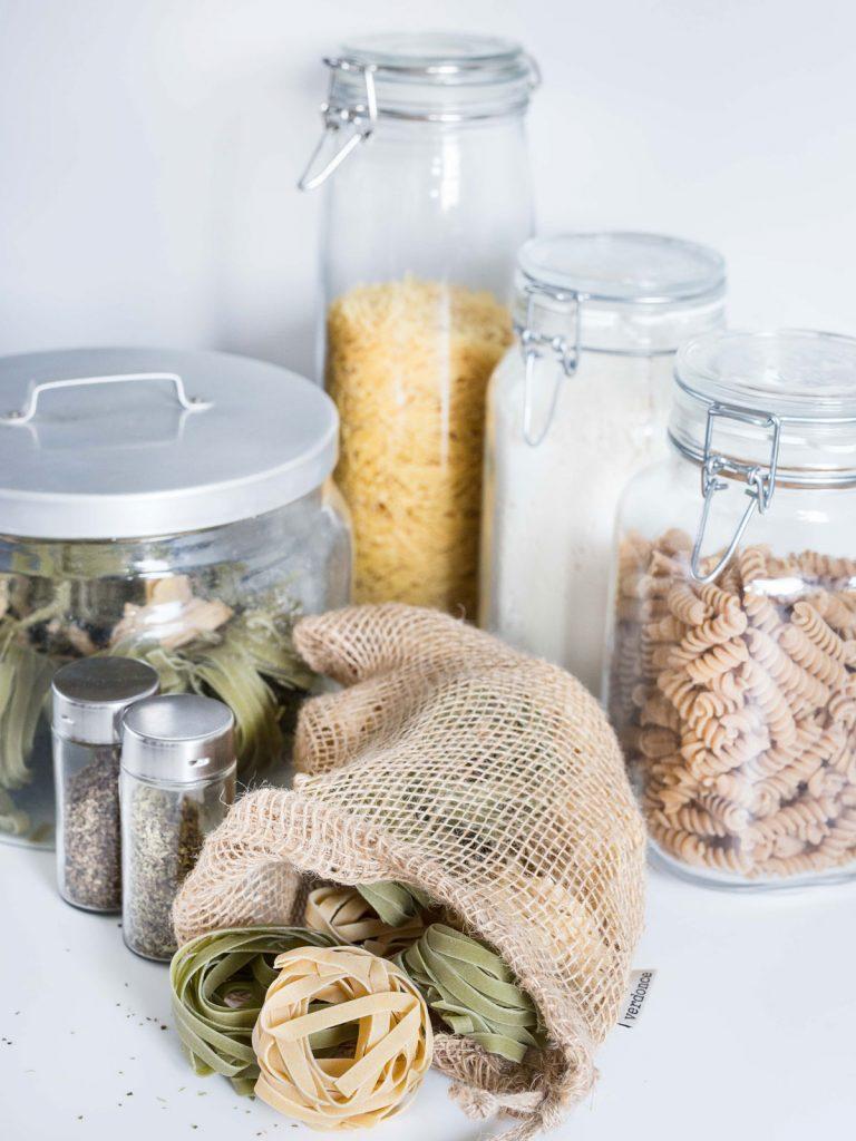 botes herméticos y bolsa de yute con alimentos zero waste
