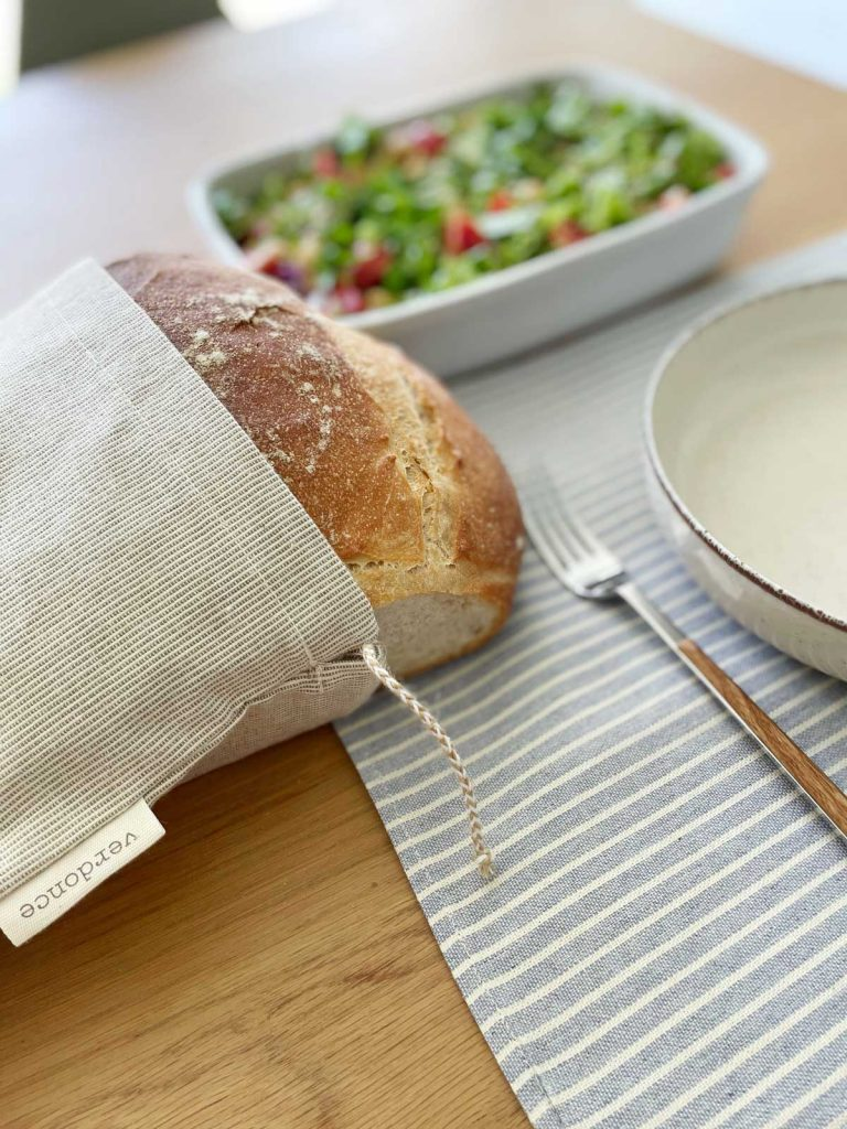 pan en bolsa de tela con mantel